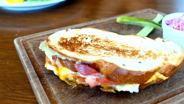 Sandwich mit Speck und Ei