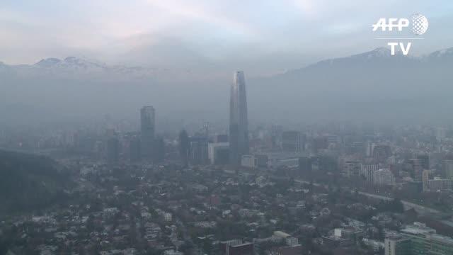 Santiago de Chile amanecio el lunes bajo su primera emergencia ambiental del ano debido a la alta contaminacion que afecta a la capital chilena
