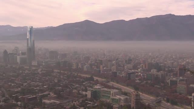 Santiago de Chile vivia este lunes su primera emergencia ambiental en 16 anos por los altos niveles de contaminacion que sin embargo no van a...
