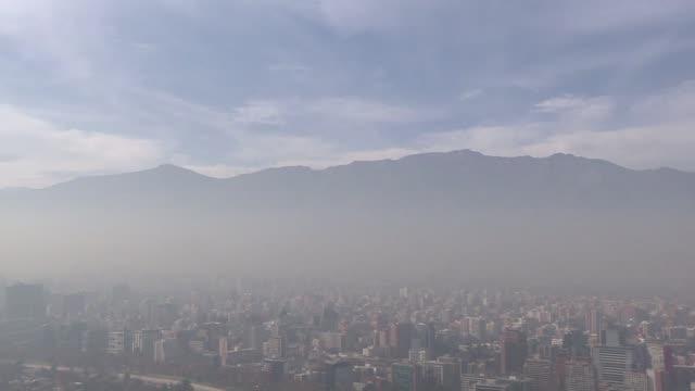 Santiago rebajo el nivel de alerta ambiental para el martes luego de que cedieran levemente los indices de polucion que llevaron a decretar este...