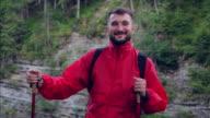 Zufrieden Tourist nimmt einen tiefen Atemzug frischer Luft beim Wandern