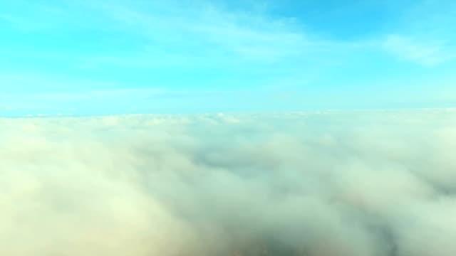 Malerischen Flug über den Wolken der Sonne entgegen
