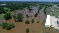 Schoolbussen naast overstroomd Incilius van Orkaan Harvey overstromingen volgens Columbus, Texas luchtfoto drone