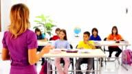 Schulkind Anhebung Hände im Klassenzimmer.