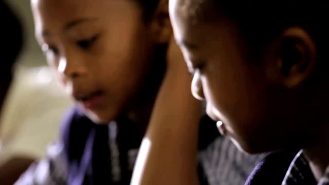 Schule Mädchen Profil zu Kamera