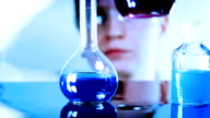 Wissenschaftler Klassifizierung liquid Probieren Sie in einem Labor