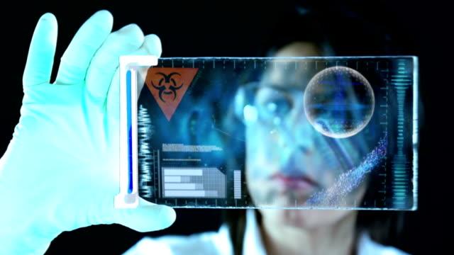 Scienziato in laboratorio di campioni di classificazione
