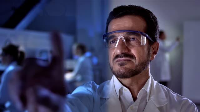 CU Wissenschaftler und recherchiere auf futuristische Labor