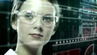 Cientista é analisar estrutura de ADN.