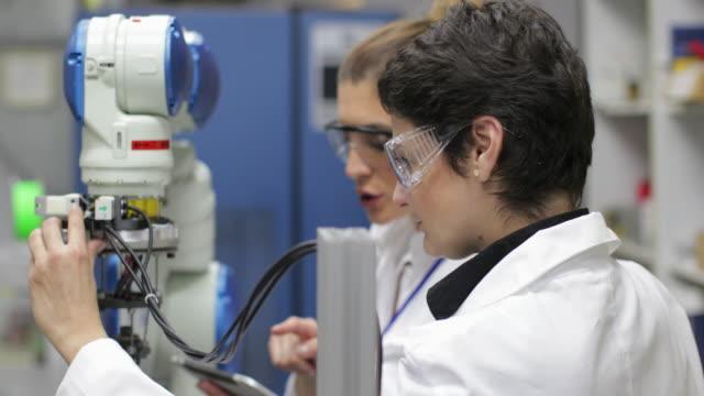 Wissenschaftler arbeiten mit Roboterarm