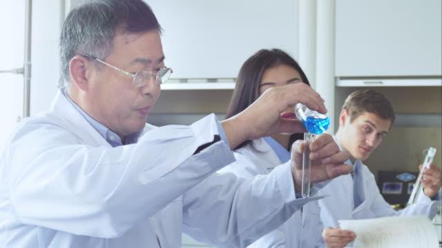 Scienziato che lavora in laboratorio moderno biologiche