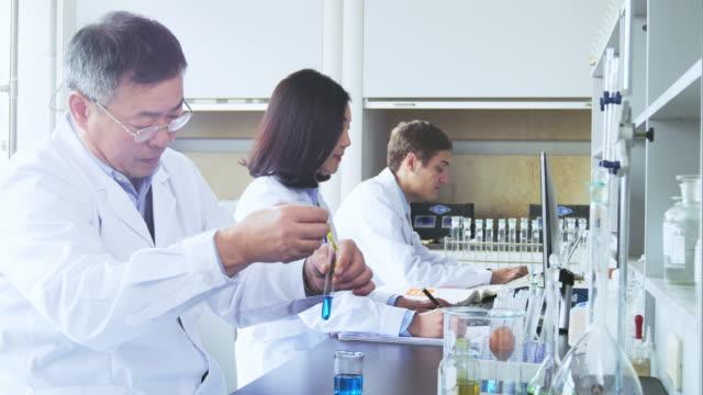 wetenschapper werkt in moderne biologische lab