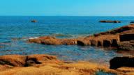 Strand med stenar