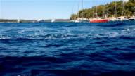 Wellen von einem kleinen Boot