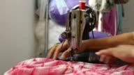 Näher mit Nähmaschine für die Kleidung
