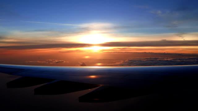 Sehen Sie den Sonnenuntergang auf dem Flug