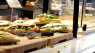 canteen Bar mit Selbstbedienung mit sandwiches und pizza