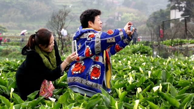 Alter Erwachsener mit Smartphone nehmen Foto mit Ihrem Freund