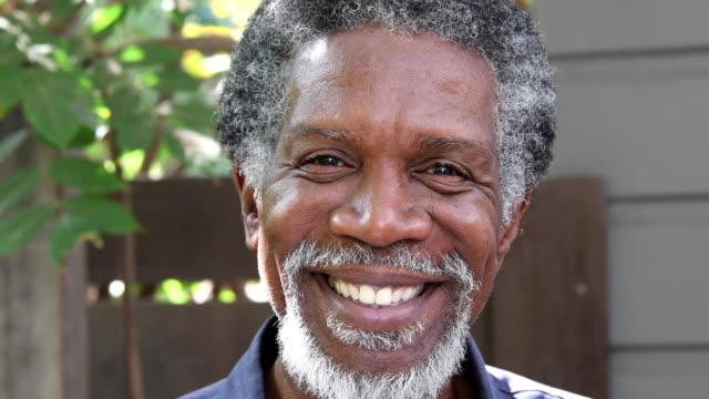 Senior-African-American Mann Blick in die Kamera und lächelnd