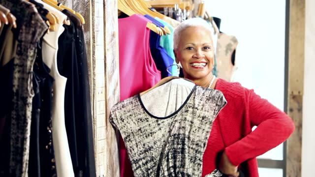 Senior afroamerikansk kvinna shopping för kläder