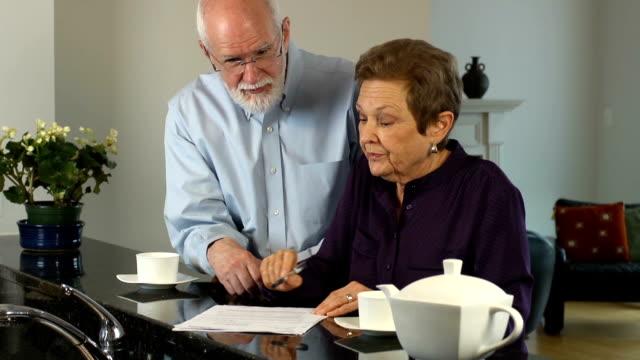 Senior paar discussiëren over documenten