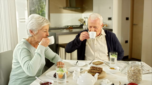 Senior coppia, bere il tè per la prima colazione
