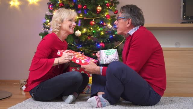 Äldre par att ge varje andra jul presenterar