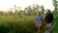 Altes Paar Wandern