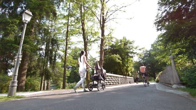 SLO Monate altes Paar jogging über eine Brücke im park