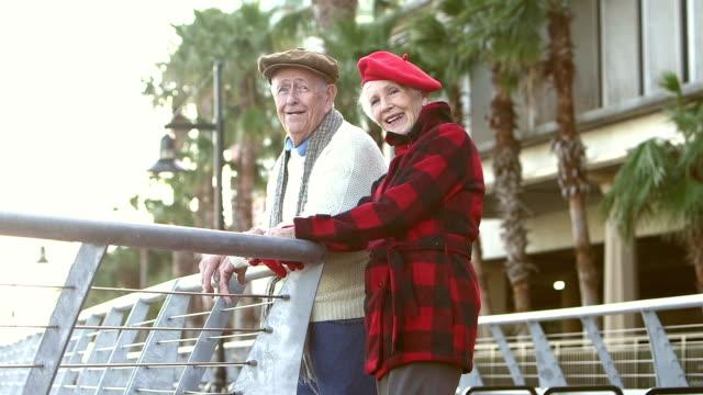 Älteres Paar am Wasser, sprechen, betrachten