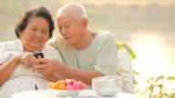 Altes Paar mit dem Handy