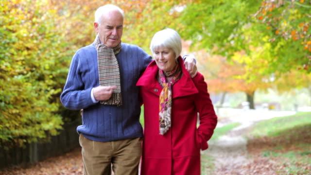 Altes Paar Walking zusammen Herbst Pfad