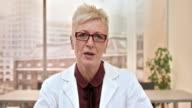 Leitende Ärztin einen Videoanruf von ihrem Büro