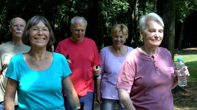 Senioren Freunde sprechen bei einem Spaziergang im park