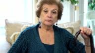 Senior Latin Frau mit Spazierstock