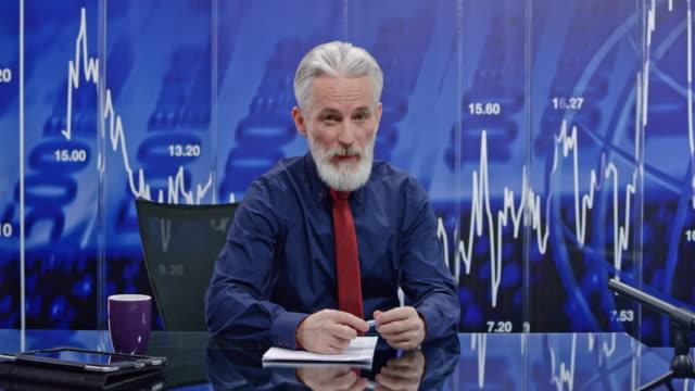 Mannelijke anker LD Senior brengen het laatste nieuws uit het bedrijfsleven over de hele wereld