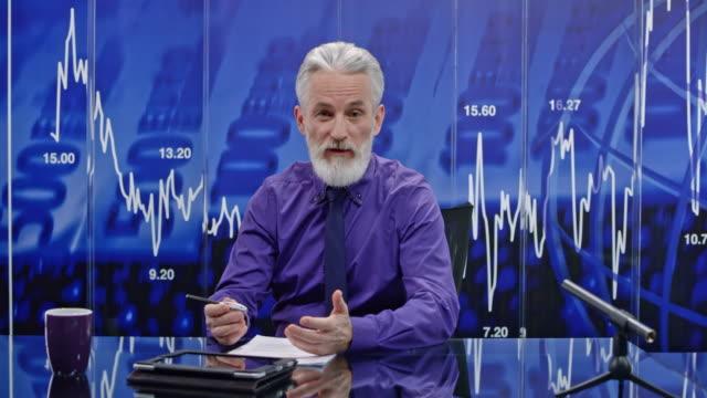 LD Senior mannelijke business nieuwsanker presentatie van het laatste nieuws