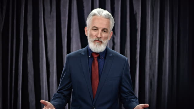 LD Senior mannelijke talkshowhost de invoering toespraak voordat de talkshow te doen