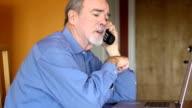 Alter Mann spricht über Rechnungen und Dokumente über Telefon