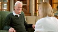 LD alter Mann mit einem Arzt Beratung bei ihm zuhause