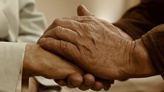 SLO MO senior man die zijn vrouw hand
