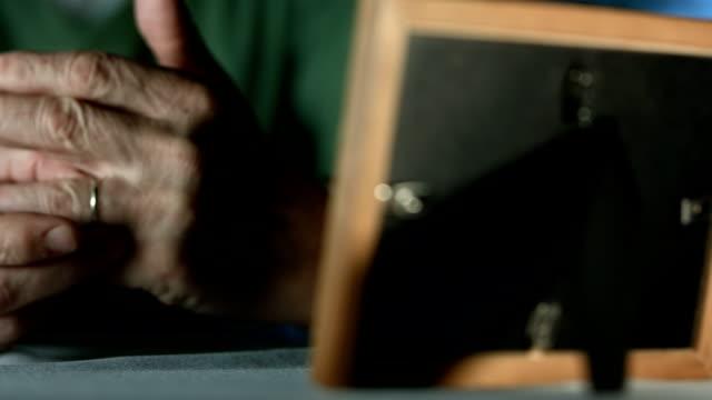 HD: Älterer Mann mit seinem Ehering