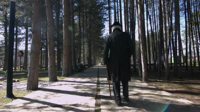 Senior man lopen met walking cane