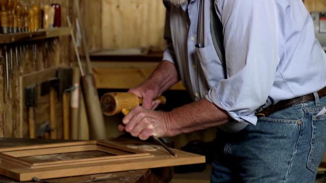 Alter Mann Holzarbeiten