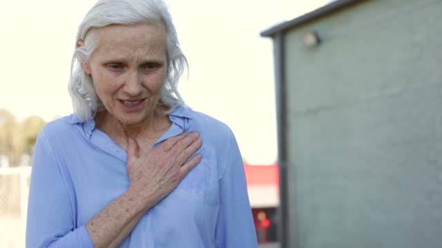 Senior vrouw pijn op de borst
