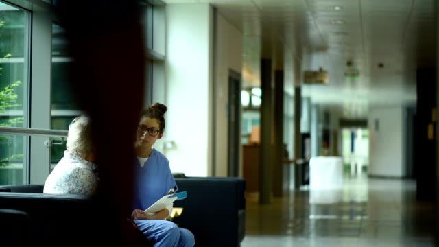 senior Frau weint in einem Krankenhaus-Korridor