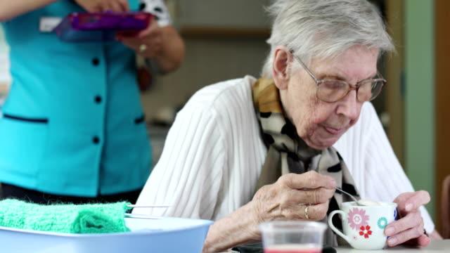 Senior vrouw's ochtends koffie drinken in bejaardentehuis