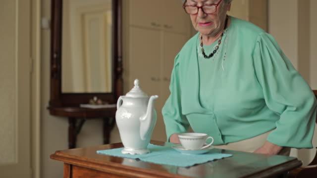 Senior vrouw drinken thee genieten in ontspannen dag thuis.