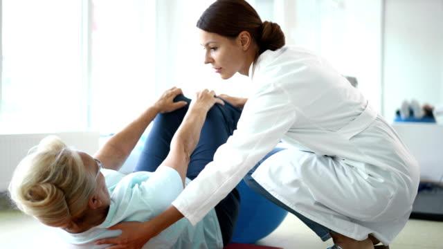 Senior vrouw in fysieke rehab.