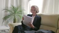 Senior Frau, die BS PR